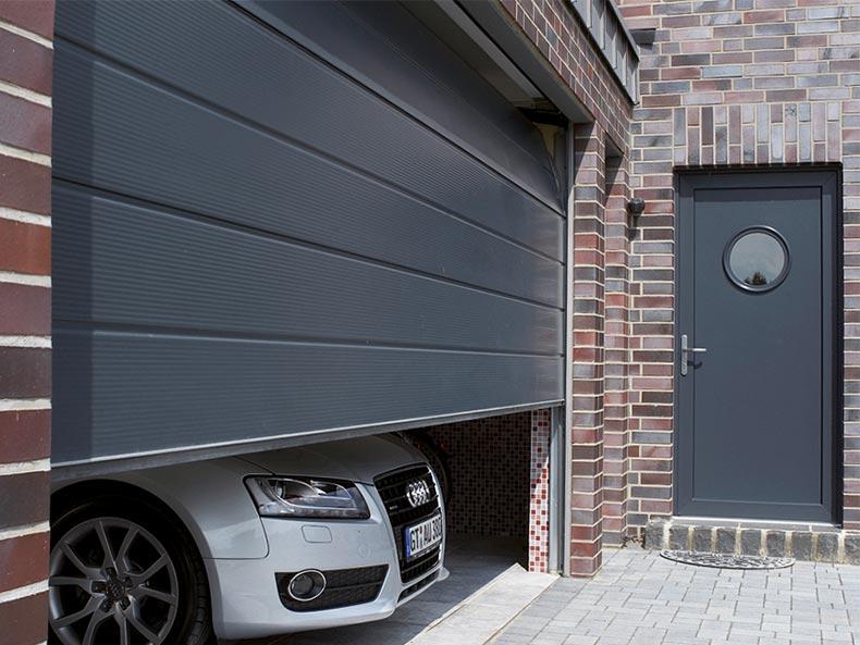 Garagen-Sektionaltor in anthrazit / dunkelgrau mit mircoprofilierter Oberfläche ohne Sicke