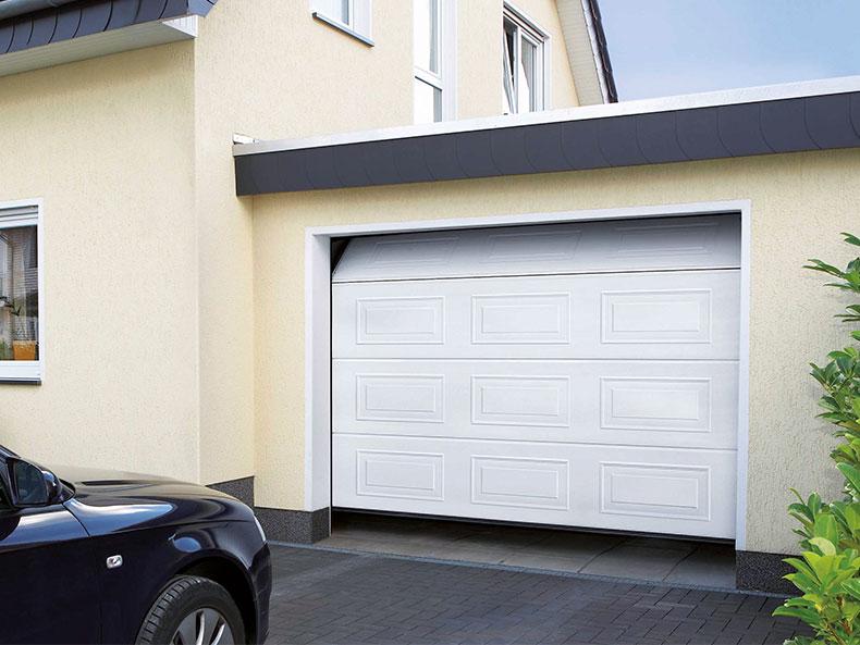 Garagen-Sektionaltor in weiß mit Kassettenoptik