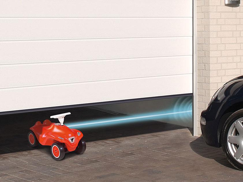 Weißes Garagen-Sektionaltor ohne Sicke mit Lichtschranke