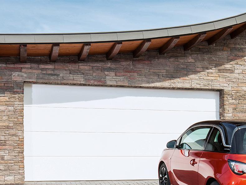 Weißes Garagen-Sektionaltor ohne Sicke und einem roten Auto