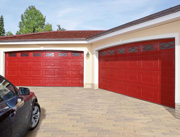 Zwei rote Garagentore mit Fenstern